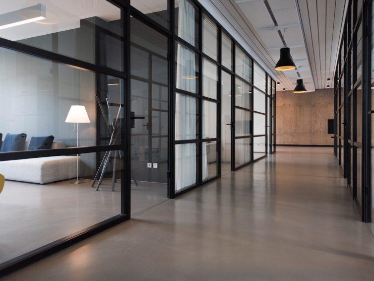 Beleuchtung im Büro: Bildschirm, Besprechungstisch, usw.