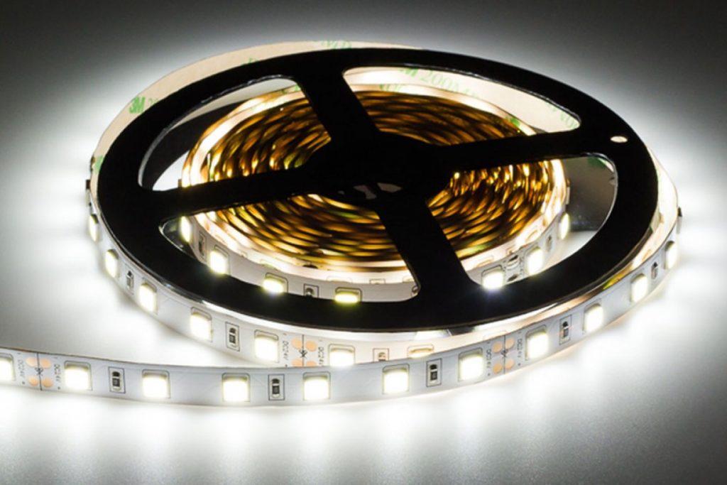 LED Strips Test: Streifen in kaltweißer Lichtfarbe anschließen